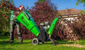 Der Benzin- Häcksler Zipper HAEK4100 zerkleinert mühelos alles was im Garten an natürlichen Rohstoffen wie Schnittgut von Büschen und Sträuchern anfällt.